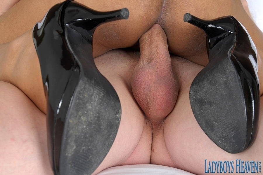 Femboy Lidia Foot Blowing Fun