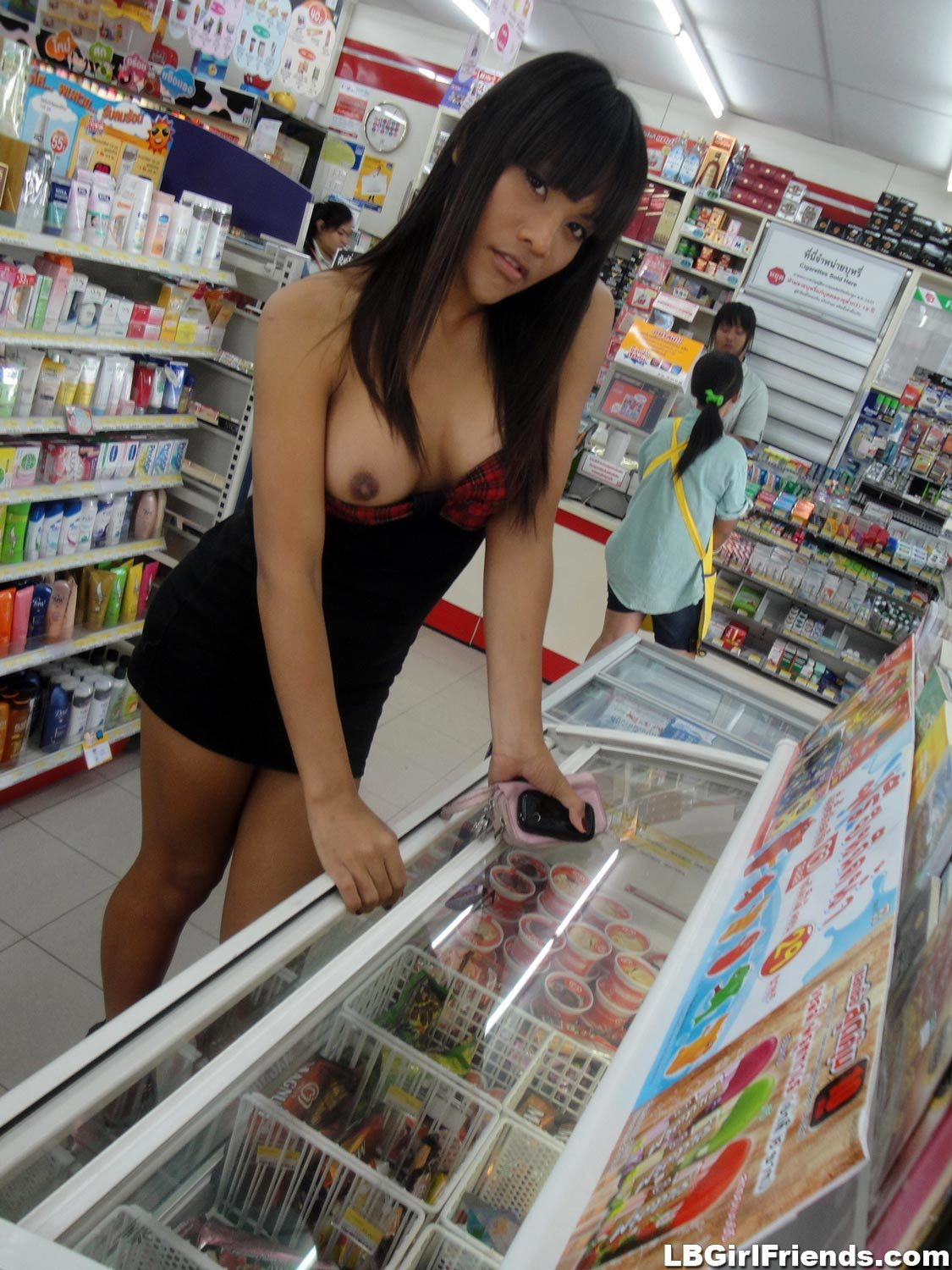 T-Girl Amateur Shows Her Boobs At The Mini Mart