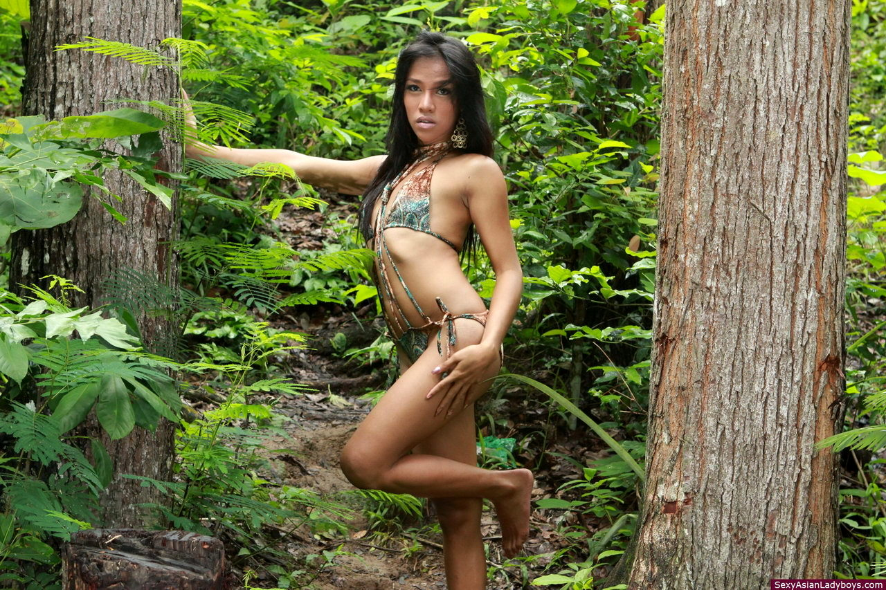 Voluptuous Frania Removes Her Swimsuit In A Forest To Flash Her Raw Tool
